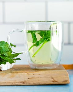 Thyme Tea, Rosemary Tea, Peppermint Plants, Peppermint Tea, Infused Water Recipes, Fruit Infused Water, Mint Recipes, Tea Recipes, Alcoholic Drinks To Make At Home