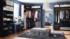 Et stort garderoberum med PAX garderobeskabe