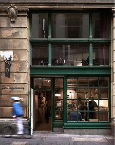 ¡Buenas tardes! Hoy terminamos la tarde visitando la cafetería Dukes Coffee Roasters. Situada en Melbourne, se trata de uno de los últimos proyectos de Chris Connell Design. Esta podría ser una caf…