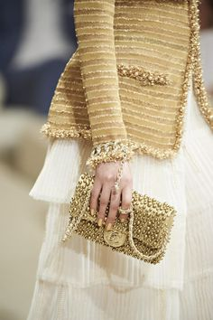gold pearls ,how chic chanel Resort 2015 Accessories Collection Coco Chanel, Chanel 2015, Chanel Runway, Fashion Moda, Look Fashion, Fashion Details, Womens Fashion, Couture Details, Fashion Beauty