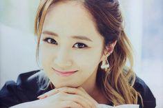 Yuri bầu bĩnh đáng yêu với nụ cười mỉm hiền hòa