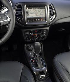 Sistema de áudio com tela tátil colorida de 8,4 polegadas, seis alto-falantes, entrada USB, conexão Bluetooth com comando de voz e GPS