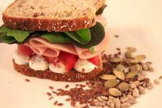 Mehevälle Kultakaura-leivälle räätälöity resepti sisältää kalkkunaa ja tomaatti-sipulisalaattia. Sandwiches, Food, Eten, Paninis, Meals, Diet