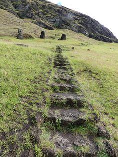 Accès à la carrière de fabrication de Moai Architecture, Archaeology, Country Roads, Easter Island, Islands, Places To Visit, Travel, Arquitetura, Architecture Illustrations