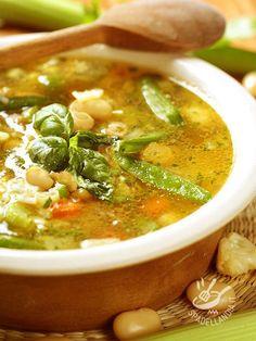 Soup of peas, snow peas and beans - Il Minestrone di piselli, taccole e fagioli è un vero concentrato di proteine vegetali, utili per il nostro organismo ad affrontare i giorni più caldi!