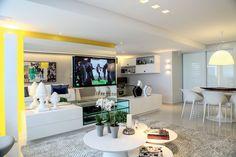 O design assinado é o ponto forte da ampla área social deste apartamento na região metropolitana de Recife, que passou por uma reforma completa. Projeto de Diego Ferraz.