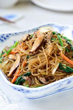 Japchae (Stir-Fried Starch Noodles with Beef and Vegetables) Stir Fry Glass Noodles, Korean Glass Noodles, Kelp Noodles, Sweet Potato Glass Noodles Recipe, Korean Sweet Potato Noodles, Japchae Recipe Korean, Japchae Recipe Vegan, Bulgogi Recipe, Korean Vegetables