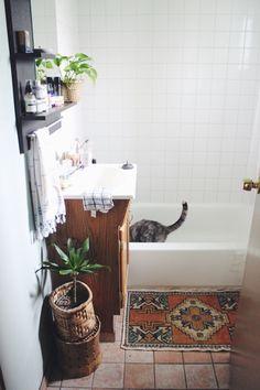 Pad Peek: Anna's Experimental Vintage Boho Home Bathroom Red, Bathroom Photos, Boho Bathroom, Bathroom Wallpaper, Bathroom Styling, Of Wallpaper, Modern Bathroom, Small Bathroom, Ikea Bathroom