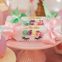 Caixa bala no tema unicórnio com o nome em acrílico e fita acetinada larga   Essas caixinhas foram produzidas com muito carinho para a bonequinha Lívia, de Floripa.  #annepapeterie #annepapeteriepersonalizados #floripa #ilhadamagia #florianopolis #caixabala #unicorn #unicornio #kawaii #maedemenina #maedeprincesa #princesa #princess #filha #primeiroaninho #santacatarina #maternidade #foradesérie