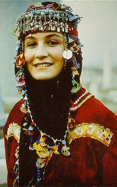 Traditional festive headgear from Türkmen villages in the Dinar district (Afyon province), e.g. in the valley of Çölovası.  This is a workshop-made copy (1990s), as worn by folk dance groups.  (Kavak Archives, Antwerpen-Belgium).