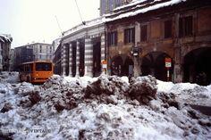 """""""Montagne di neve in Corso Zanardelli"""" - 1985 http://www.bresciavintage.it/brescia-antica/episodi-storici/montagne-neve-corso-zanardelli-1985/"""