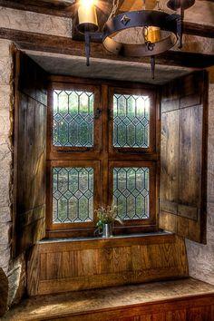 Hermosa ventana de madera con vitrakes