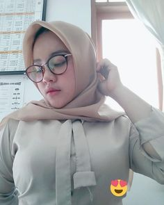 "CUT PUTRY WULANDARY di Instagram ""Assalamualaikum selamat pagi Dines pagi semangat yaaa 😂 .......... .. . . 📲. .. .. . .follow 🌹@cut.wiwi . . . . .…"" I Muslim, Hijab Chic, Beautiful Hijab, Hijab Fashion, Asian Beauty, Sari, Pretty, Instagram, Black"