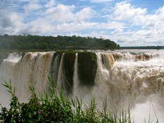 """Eine weiße Lawine schäumenden Wassers poltert gurgelnd ins Bodenlose. Über den """"Teufels-Rachen"""", eine 700 Meter lange, hufeisenförmige Schlucht, ergießen sich, unter lautem Getöse, 7.000 Kubikmeter Wasser pro Sekunde, 70 Meter in den Abgrund (Argentinien - Iguazu 2011)"""