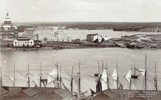 Katajanokka oli Helsingin köyhintä aluetta 1800-luvun loppupuolelle asti, jolloin sinne alkoi nousta isoja asuintaloja. Vuosien 1885 ja 1897 väliltä olevan kuvan oikeassa reunassa näkyy yhä Katajanokan vanhoja hökkeleitä