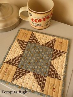 Mug rug Barbara Brackman by Tempus fugit Mug Rug Patterns, Quilt Block Patterns, Quilt Blocks, Sewing Patterns, Quilted Table Toppers, Quilted Table Runners, Star Quilts, Mini Quilts, Scrappy Quilts