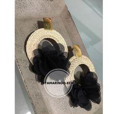 Aretes artesanales con base de palma de iraca y flores artificiales. La flor del color que desees.  Sobre pedido. Domicilios en… Hair Upstyles, Tamarindo, Straw Bag, Tassel, Earrings, Instagram, Jewelry, Tela, Bangle Bracelets