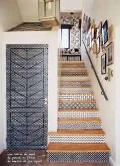 blog de decoração - Arquitrecos: Repaginando a escada com papel de parede!!