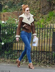 The British actress, who is famous for her role as Demelza in the popular period drama series, was spotted wearing a chic leather shearling-lined jacket for the outing. Eleanor Tomlinson Poldark, Ripped Jeans Outfit, British Style, British Fashion, Walk This Way, Brown Jacket, British Actresses, Line Jackets, Fall Outfits