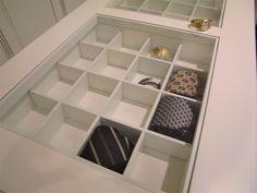 Cassettiera per cabina armadio in centro stanza con scomparti per accessori #classicfurniture #walkincloset