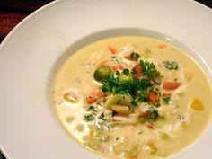 Der Herbst ist da! Zeit für eine gute Suppe! Wenn es draußen kalt, grau und ungemütlich wird, müssen wir es uns zu Hause mollig warmund kuschelig machen. Ein paar Kerzen, ein Glas guter Wein und eine schöne heiße Suppesind da genau richtig!...