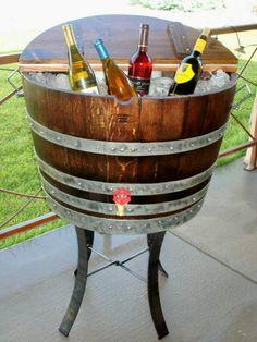 Un refroidisseur à vin fait d`un vieux tonneau