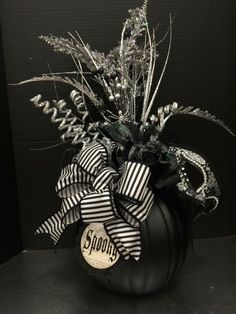 30 Mons-terrific Halloween Centerpieces ideas - Hike n Dip Make your Halloween decor even more terryfying with DIY Halloween Centerpieces ideas. These Halloween centerpieces will be the highlight of your party. Halloween Birthday, Holidays Halloween, Halloween Crafts, Halloween Wreaths, Happy Halloween, Halloween Table Decorations, Halloween Candles, Halloween Wedding Centerpieces, Holiday Decorations