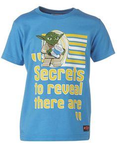 """STAR WARS(TM) T-Shirt Tristan """"Secrets""""    Wenn Kinder die Geschichten der Star Wars(TM) Saga mit ihren LEGO-Steinen nachspielen, kann es nichts besseres geben. Und wenn Sie Ihrem Sohn dieses Shirt überziehen, werden die Augen heller als ein Lichtschwert strahlen.    LEGO® Wear STAR WARS(TM) Kinder T-Shirt mit folgenden Besonderheiten:    - Thema: LEGO® STAR WARS(TM)  - schönes T-Shirt für Jung..."""