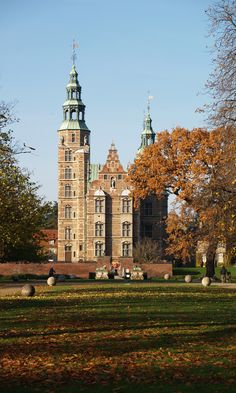 Both lawn and trees are giving Rosenborg Castle a beautiful setting during autumn times. Copyright: Rosenborg Castle / Rosenborg Slot
