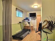 salle entrainement sous sol maison - Recherche Google Basement Gym, Basement Remodeling, Basement Bar Designs, Home Theater, Recherche Google, Home Decor, Walkout Basement, Room, Home