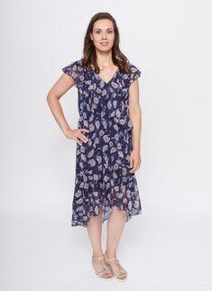 e02db419902c8d Deze donkerblauwe midi-jurk heeft een paarse gloed en een bloemmotief in  lichte roze tinten