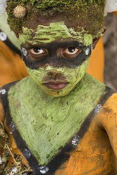 Papouasie-Nouvelle-Guinée, archipel de Bismarck, île de Nouvelle-Bretagne, péninsule de la Gazelle, province de East New Britain, Rabaul, Kokopo, National Mask Festival, groupe de sing-sing originaire du village de Napapar, tribu Tolaï, se préparant pour une Wip danse dite Alabar Date prise de vue : 19/07/2013 Crédit : DOZIER Marc / hemis.fr