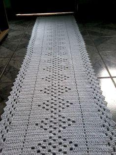 Confeccionada em barbante , pode ser utilizada como caminho de mesa ,na beira de camas, na cozinha e nos mais diversos ambientes. Pode ser confeccionada em outras medidas.