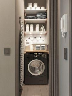 étagères au dessus de la machine à laver dans la cuisine pour produits d'entretien, lessive etc