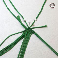Tutorial: Grid pattern bracelet – Macramotiv Macrame Necklace, Macrame Jewelry, Macrame Bracelets, Diy Friendship Bracelets Patterns, Bracelets For Men, Weaving, Grid, Places, Handmade Bracelets