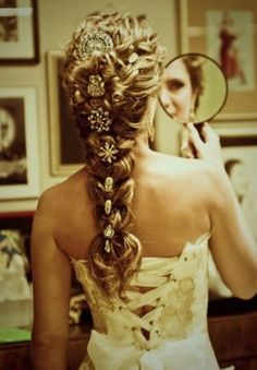 Tangled inspired wedding hair........... @Hannah I could see you using this for your wedding hair!