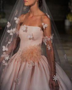 Wedding Veil, Wedding Gowns, Wedding Rings, Veil Hairstyles, Dress Cuts, Veils, Satin, Weddings, Lace