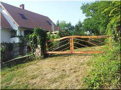 rusztikus kerti kapu Garden Bridge, Pergola, Sweet Home, Outdoor Structures, Cabin, Fences, House Styles, Modern, Gardens