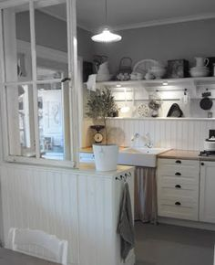 Great arrangement for a small kitchen Happy Kitchen, All White Kitchen, Country Kitchen, New Kitchen, Kitchen Dining, Cottage Kitchens, Home Kitchens, Cool Kitchen Gadgets, Shabby