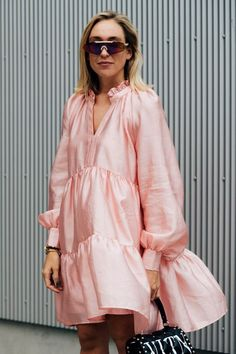The best Copenhagen Fashion Week Street Style documented by Vogue's street style photographer Søren Jepsen. As ever, influencers and street style stars graced the pavements of Copenhagen Fashion Week with their finest looks. Robe Baby Doll, Vestido Baby Doll, Cool Street Fashion, Look Fashion, Fashion Outfits, Fashion Spring, Men's Outfits, Trendy Fashion, Casual Outfits