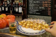 Although it is increasingly difficult, you can still find free tapas bars in Madrid. Ask for a couple of beers and you will have eaten. Madrid Tapas, Tapas Bar, Sin Gluten, The Best, Sausage, Spain, Diet, Canning, Food