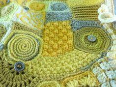 un coussin en crochet freefrom