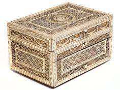 Höhe: 16,5 cm. Länge: 27 cm. Tiefe: 20 cm. Anfang 19. Jahrhundert. Quaderförmiger Aufbau in Holz, allseitig belegt mit feiner, spitzenartig durchbrochener...