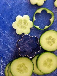 Garden Fresh Herbed Cucumber Flower Bites - Rosyscription This is *such* a good idea. Cucumber Flower, Cucumber Bites, Cucumber Sandwiches, Party Sandwiches, Cute Food, Good Food, Food Garnishes, Garnishing Ideas, Snacks Für Party