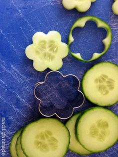Garden Fresh Herbed Cucumber Flower Bites - Rosyscription This is *such* a good idea. Cucumber Flower, Cucumber Bites, Cucumber Sandwiches, Party Sandwiches, Cute Food, Good Food, Food Garnishes, Garnishing Ideas, Veggie Tray