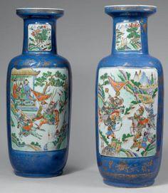 XIXe siècle  Deux vases rouleau en porcelaine formant pendant, ornés d'une couverte bleue et de motifs dorés, à décor de scènes de combats e...