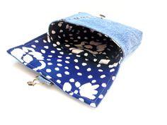 Ce sac à main pliable style embrayage faite de jeans denim recyclé. Il dispose dune fermeture de la boucle. Lintérieur est fait de tissu de
