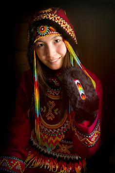 Dolgan Kız. Sakha Cumhuriyeti. Sibirya. Nadir insanlar. Dobbanlar dünyadaki en güneydeki Türk asıllı konuşan etnik azınlık grubudur. Kuzeydoğu Yakutia'nın çok uzak bir bölgesinde ve diğerleri Taimyrpeninsulaa üzerinde Krasnoyaksky Krai'nin kuzeyinde yaşayan küçük bir sayı. Dolgan azınlık grubunun nasıl oluştuğuna dair tek bir ortak teori mevcut değildir.