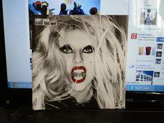 """O tal do Born This Way! Comprei com o maior gosto, na Saraiva, acho que foi na do Shopping Rio Sul! Compreina pré-venda (mas retirei no mesmo dia, se não me engano), custou R$39,00 e veio com uma ecobag escrito """"Lady Gaga Born - This Way"""", que tenho até hoje. Eu gosto deste álbum do começo ao fim, e também amo essa capa! Algumas de minhas músicas favoritas são """"Fashion of His Love"""", """"The Edge Of Glory"""" e """"Scheise"""". Ah, ele é duplo!"""