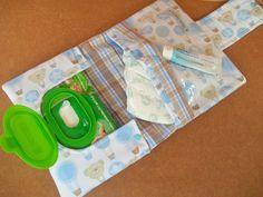 Porta Fraldas, Lenço Umedecido e Pomada / Kit Higiene para bebês  - 1 bolso para fraldas (Cabem até 3 fraldas)  - 1 bolso para pomada etc  - 1 bolso para os lenços umedecidos    *Escolha a sua estampa em nosso mostruário no link ao final do anúncio ou entre em contato se não encontrar o desejado....